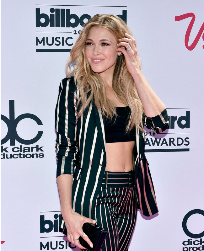 @RachelPlatten rockin' pin stripes on the magenta carpet #BBMAs